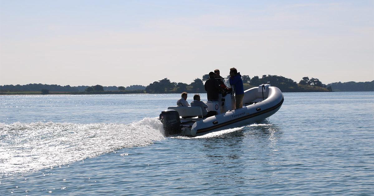 rallye bateau en zodiac dans le cadre d'un team building en bretagne